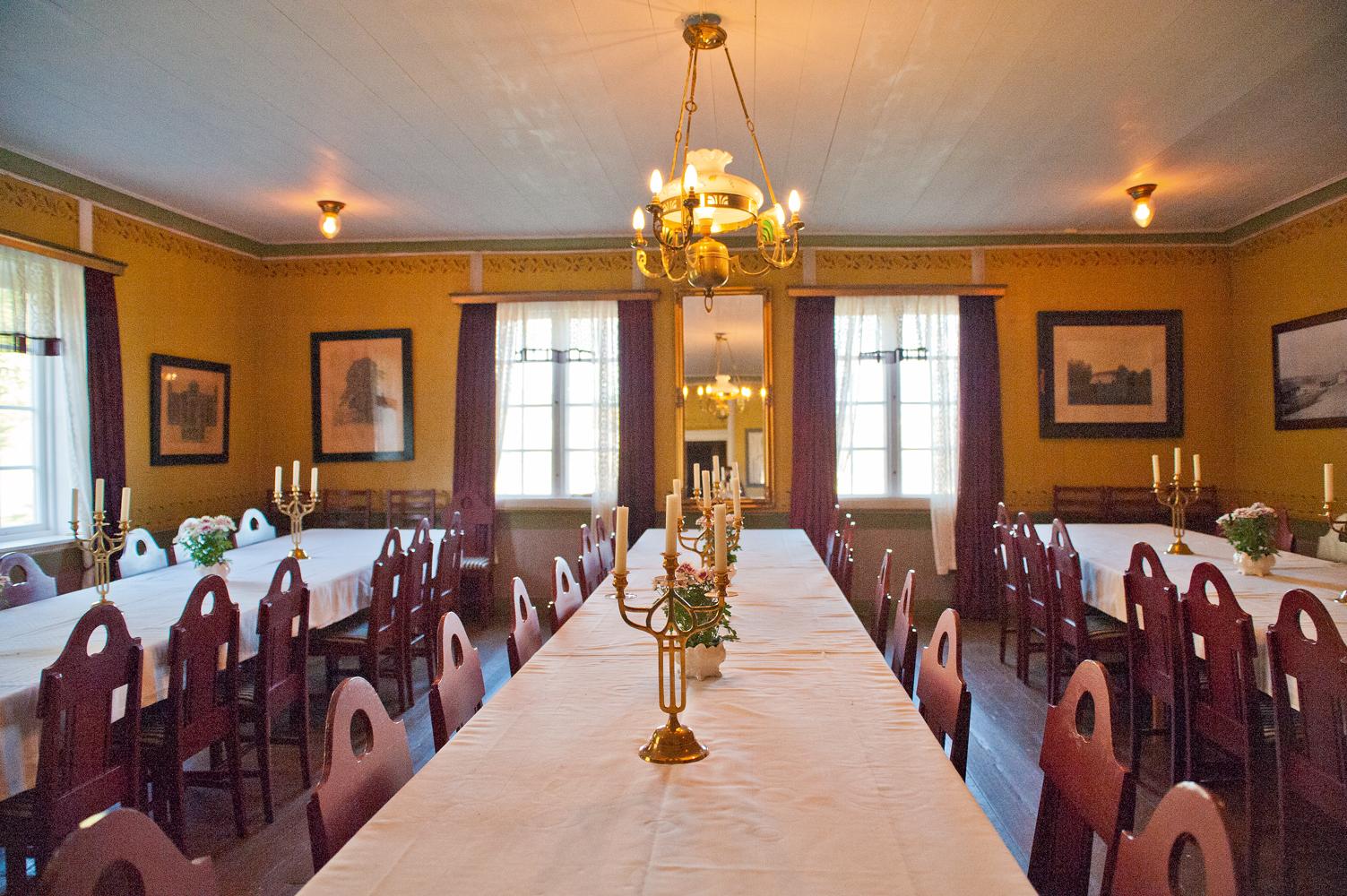 Festsalene i andre etasje i hovedbygningen kan ha 80 gjester til bords. I taket henger en nydelig jugendlampe.