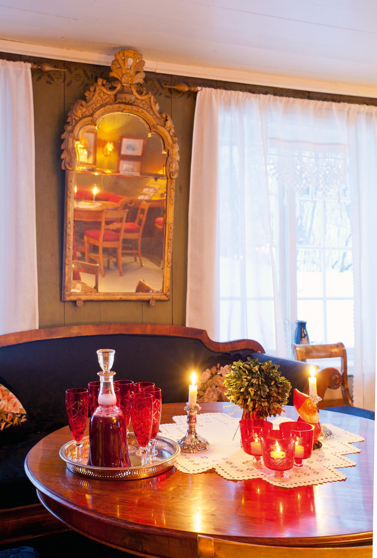 Et fantastisk 1700-talls speil i den grønne storstua, som er pyntet til jul.