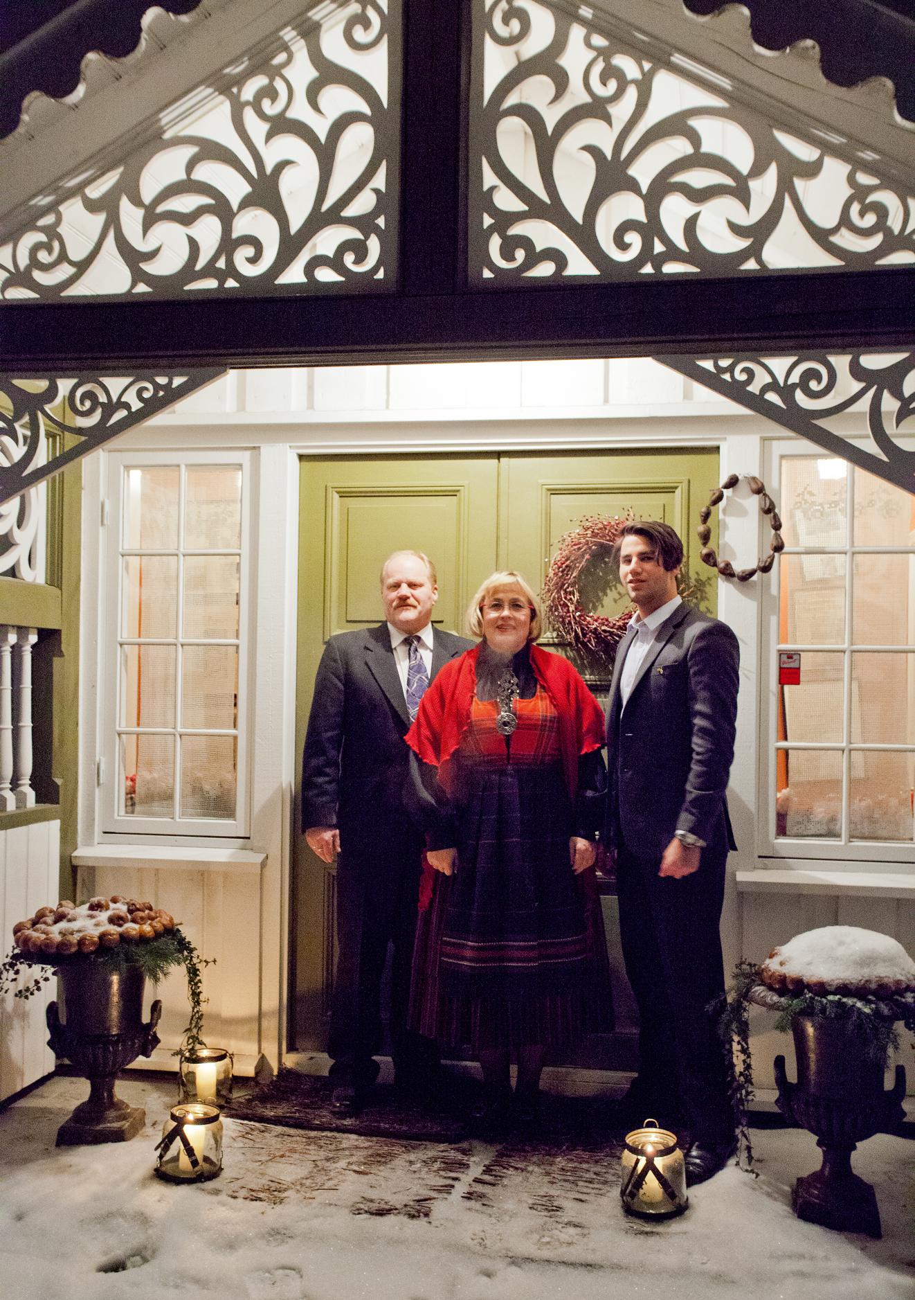 Brit har tatt på seg Rondestakken og karene er pyntet med dress. Familien på Simenstad ønsker alle en riktig god jul!