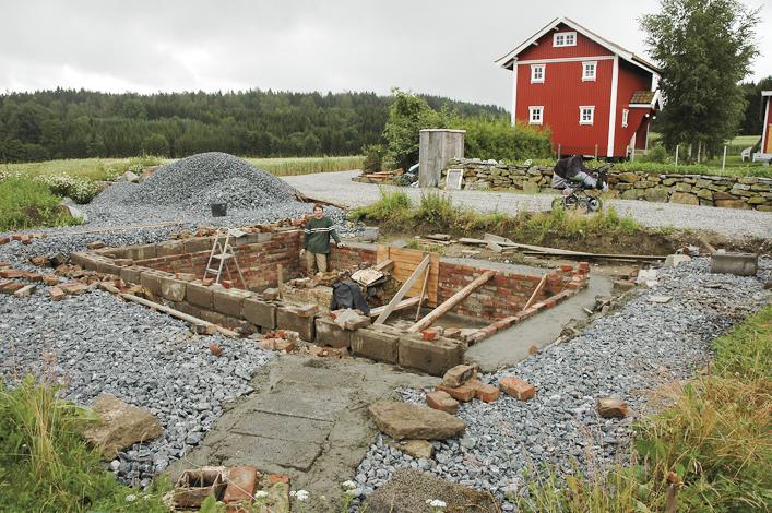 Den gamle kjelleren er antageligvis fra 1912. De gamle teglsteinene og sementsteinene ble brukt om igjen så langt det lot seg gjøre.