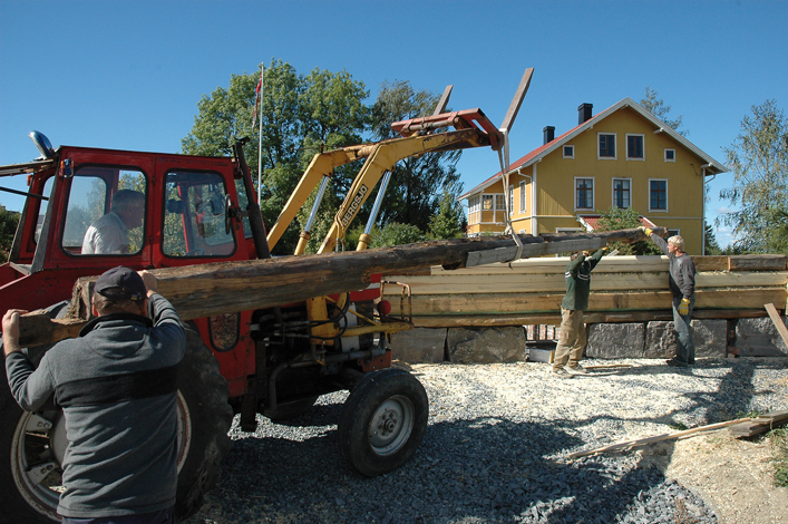 10 meter lang stokk løftes på plass med traktor, så langt det lar seg gjøre.