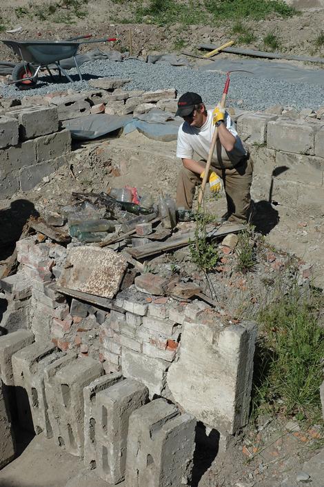 Den gamle kjelleren graves ut. Her ses restene etter den gamle bakerovnen.